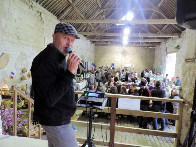 Chanteur au marché d'Avaux